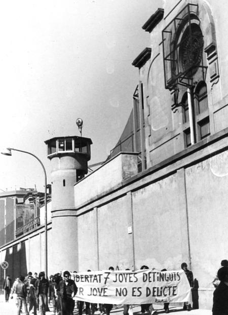 Manifestación delante de la cárcel Modelo, Barcelona