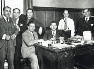 Dionisio Eroles en noviembre de 1936, cuando era jefe de orden público de la Generalitat: sentado, en el centro y rodeado de Els Nanos d'Eroles. Fotografía:Mi revista.