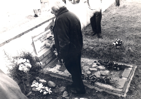 En la tumba del Quico, Francisco Sabaté, en Sant Celoni
