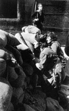 Milicianas en una barricada en Barcelona, año 36