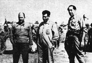 De izquierda a derecha: El sargento José Manzana, asesor militar; Buenaventura Durruti y Francisco Carreño, miembro del Comité de Guerra de la «Columna Durruti» (Bujaraloz, agosto de 1936)