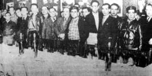 Asistentes a la cena ofrecida en la Delegación del Consejo de Defensa de Aragón, de visita en Barcelona, por el Centro Obrero Aragonés. Entre ellos, Miguel Chueca, Joaquín Ascaso y Restituto Mogrovejo Fernández (quinto, tercero y segundo, respectivamente, por la derecha de la primera fila)