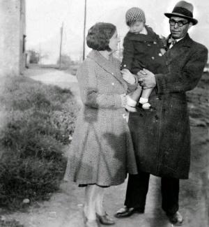 Durruti con su pareja y su pequeña Collet en Barcelona