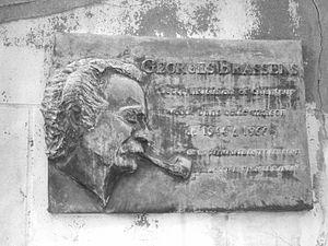 Retrato en relieve de Georges Brassens en una placa conmemorativa.