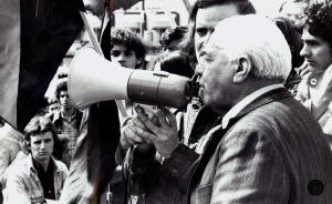 Emídio Santana discursando en la manifestación del 1 de mayo de 1975