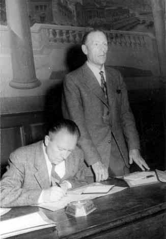 Helmut Rüdiger (sentado) y Evert Arvidsson durante el Congreso de la SAC (Estocolmo, septiembre de 1953) [SAC]