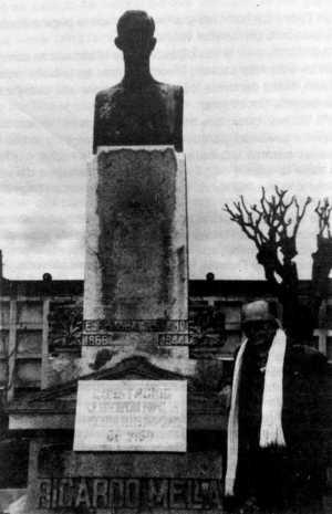 Ramon Sentís Biarnau el cementerio civil de Pereiró de Vigo (Pontevedra, Galicia) ante la tumba de Ricardo Mella