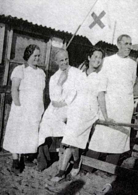 De izquierda a derecha: Clemen, el doctor Verdaguer, de enfermera Rosa Laviña y el doctor Salas (Campo de concentración de Argelès, ca. 1939)