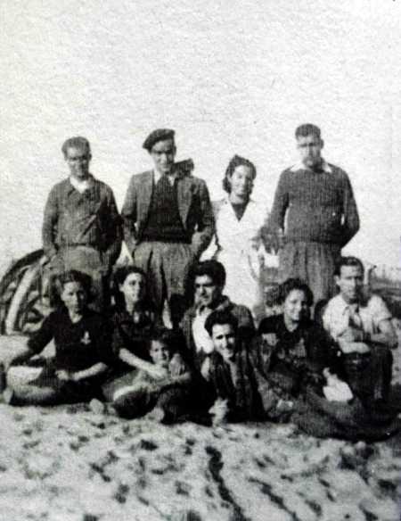 Rosa Laviña (derecha con bata blanca) con personal de ambulancias y refugiados (Campo de concentración de Argelès, ca. 1939)
