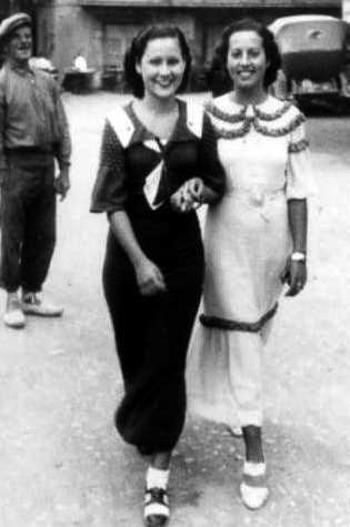 Rosa Laviña (derecha) con una amiga