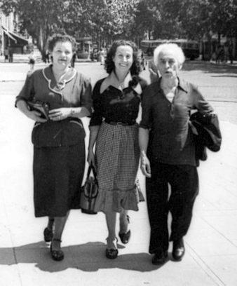 Rosa Laviña (en el centro) paseando por Toulouse con Tonet Puig y otra refugiada