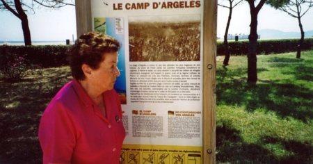 Rosa Laviña en una visita al campo de concentración de Argelès