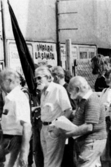 Gino Cerrito, en el centro con gafas de sol, en una manifestación, con Aurelio Chessa a su izquierda