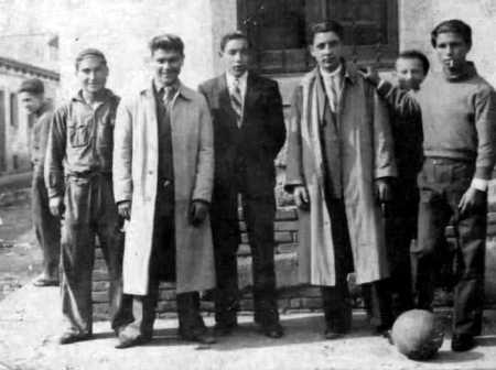 Manuel Fornés Marín (con gabardina a la derecha) con un grupo de amigos