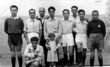 Manuel Fornés Marín con una sobrina y otros recluidos en la cárcel de San Miguel de los Reyes