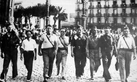 De izquierda a derecha: José Pérez Ibáñez, Severino Campos, Ricardo Sanz, Aurelio Fernández, Joan García Oliver, Gregorio Jover, Miguel García Vivancos y Augustin Souchy (Desfile en Barcelona, agosto de 1936)