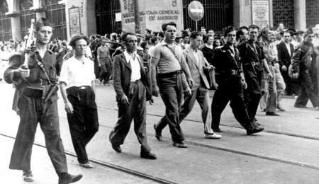 Otro momento del desfile. José Pérez Ibáñez es el primero por la izquierda