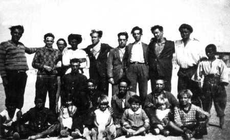 Grupo de deportados a Villa Cisneros (febrero de 1932). Derechos, de izquierda a derecha: Manuel Arcas, Francisco Ascaso, Progreso Fernández (el quinto) y José Pérez Feliu (el octavo). Domingo Canela es el segundo adulto por la izquierda (con gafas y barba) de los sentados