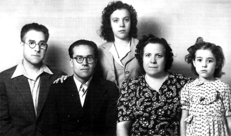 Las familias Canela y Fernández. De izquierda a derecha: Progreso Fernández, Domingo Canela, Libertad Canela, Concha Estrig, compañera de Progreso Fernández, e hija de la pareja