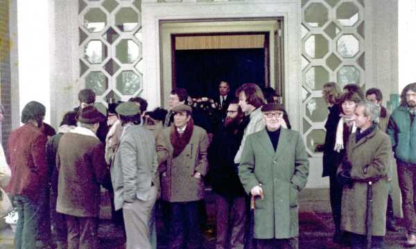JoséMolina Ortega (al centro con gorra y camisa blanca) en el funeral de Miguel García García (Londres, Inglaterra, (Reino Unido), diciembre de 1981.