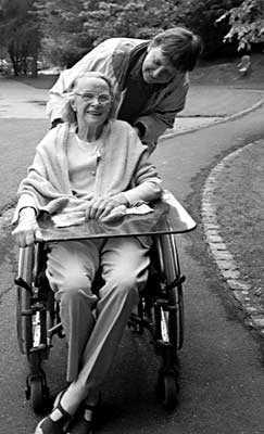 Marianne Enckell y Marie-Christine Mikhail, en silla de ruedas (agosto 2002)