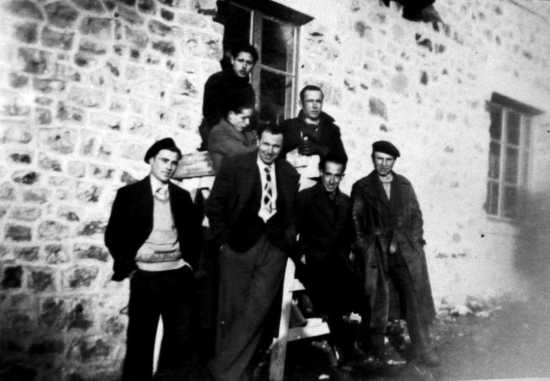 Josep Gatell Comas (primero por la izquierda con boina), Enric Casañas Piera (segundo por la derecha) y otros compañeros (Château de la Reynaldo, ca. 1941)